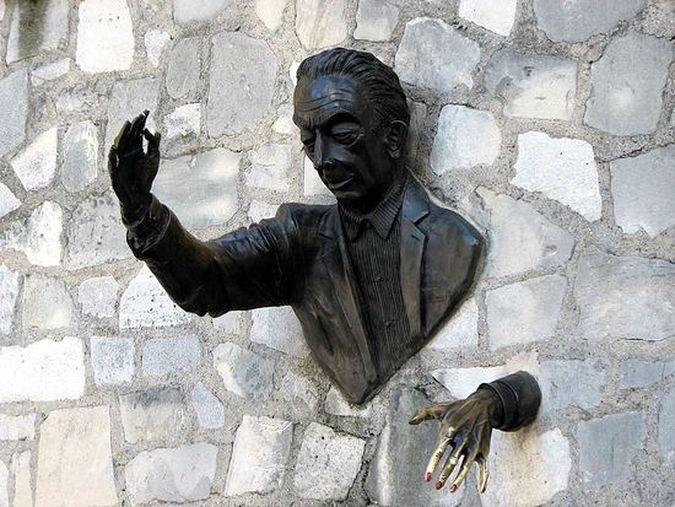 фото голова в стене скульптура переходная функция