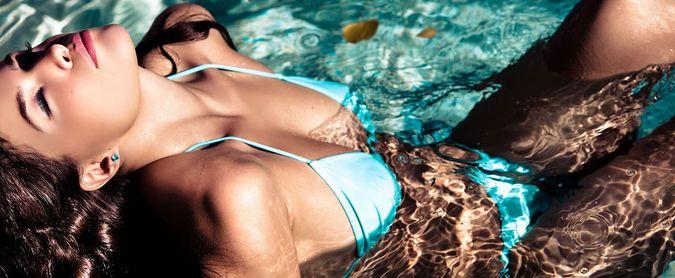 Фото мокрая девушка бассейн